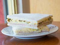 Sándwich triple de miga de huevo y aceitunas