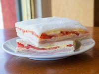 Sándwich triple de miga de huevo y tomate