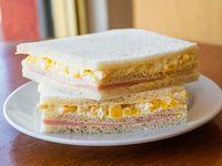 Sándwich triple de miga de choclo