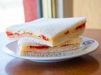 Sándwich triple de miga de huevo y morrón