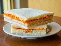 Sándwich triple de miga de huevo y zanahoria