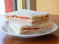 Sándwich triple de miga de pollo y tomate