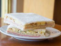 Sándwich triple de miga de roquefort y nuez