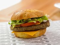 Cheeseburger con papas fritas