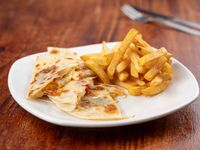 2 Quesadillas capresse con papas fritas
