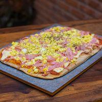 Pizza con huevo y jamón