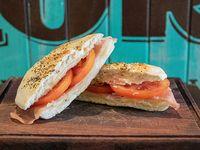 Sándwich de jamón, queso y tomate