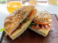 Sándwich crudo completo