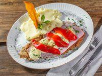 Milanesa con muzzarella, roquefort, jamón y morrón + guarnición
