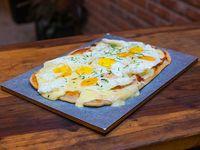 Pizza con huevos fritos
