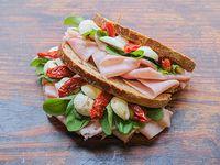 Sándwich de pan de centeno de jamón cocido