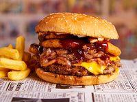 Hamburguesa Súper América acompañado de papas fritas