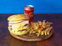 Combo - Hamburguesa Triple con Cheddar y Bacon + papas fritas + Coca Cola 220 ml