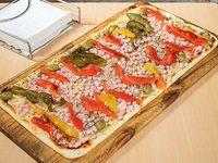 Pizza con jamón y morrones (12 porciones)