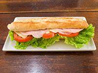 Sándwich de jamón, queso, lechuga y tomate