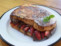French toast nutella sandwich con frutillas