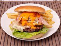 Hamburguesa la atractiva con papas fritas
