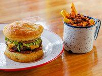 Promo Burger Cheese JD + papas fritas con cheddar y panceta