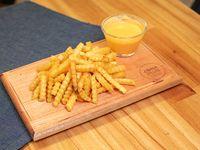 Porción de papas fritas con queso cheddar