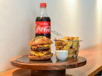 Combo - Burguer + papas rústicas + bebida línea Coca-Cola 600 ml