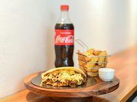 Combo - Arepa gigante + papas rusticas + bebida línea Coca-Cola 600ml