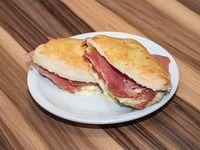Sándwich de jamón crudo, tomate y queso