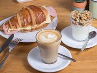 Café cortado 250 ml + croissant + yogurt con granola + jugo nde naranja exprimido 350 mml