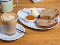 Café cortado 250 ml + tostado con mantequilla y mermelada + jugo de naranja exprimido 350 ml