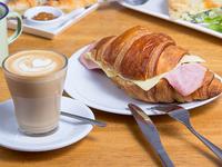 Café cortado 250 ml + croissant + jugo de naranja exprimido 350 ml