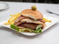 Hamburguesa de la casa con papas fritas