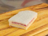 Sándwich de miga de queso y salame
