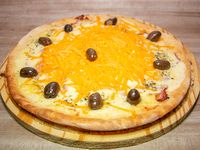 Pizza con panceta y queso cheddar