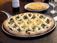 Pizza con verduras y salsa blanca