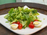 Ensalada de mix de verdes, tomates cherry y huevo