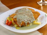 Milanesa de pollo al roquefort con papas fritas