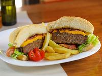 Hamburguesa La Cavia con papas steak house