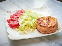 Tarta de jamón y queso con ensalada