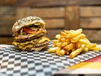 Hamburguesa triple con papas fritas