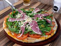 Pizza con rúcula, jamón crudo y tomate grande (8 porciones)