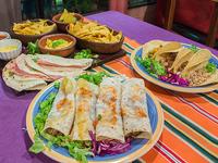 Promo 7 - nachos con queso (2 porciones) + salsa de chile + 4 quesadillas de jamón y queso, 4 burritos mixtos, 4 tacos mixtos + arroz mexicano + frijoles refritos + salsa de chile + guacamole