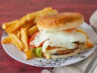 Super hamburguesa completa con papas fritas