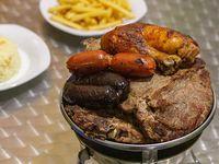 Combo parrillada - 2 trozos de lomo + 2 chuletas + 2 trutos + 2 chorizos + 2 prietas + porción de papas fritas