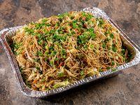 Bandeja de chow mein con puerco asado