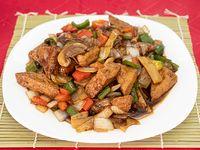 Toufu Pre frito salteado con verduras vegetariano