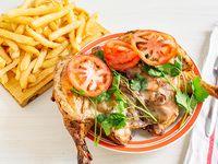 Pollo grande entero con papas fritas