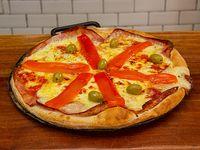 Pizza tradicional de jamón y morrones grande