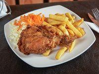 Pollo broaster con papas fritas y ensalada
