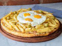 Pizza a caballo con papas fritas y huevo frito