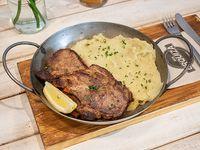 Bondiola grillada con puré de batata