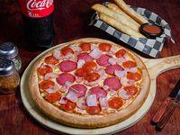 Combo - Pizza mediana (31 cm) + palitos de ajo o cheesesticks